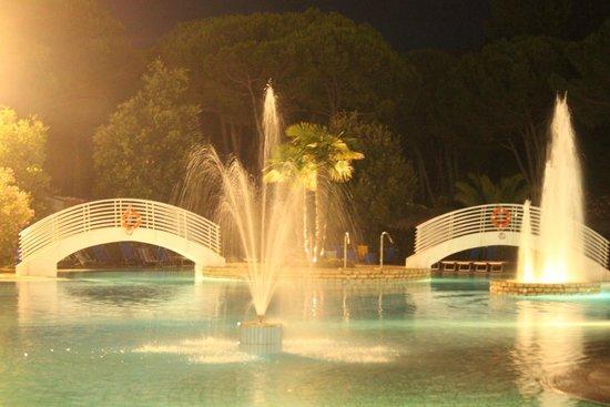 Camping Village Pino Mare: Swimmingpool by night