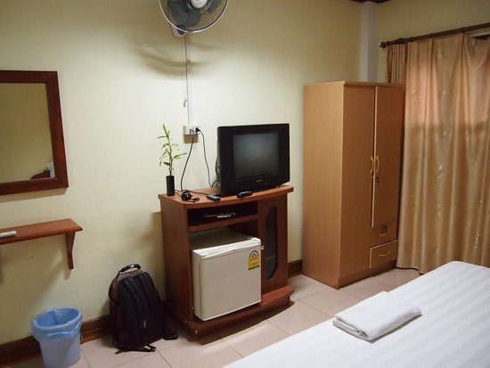 Khammany Inn: Room with TV, fan and mini fridge