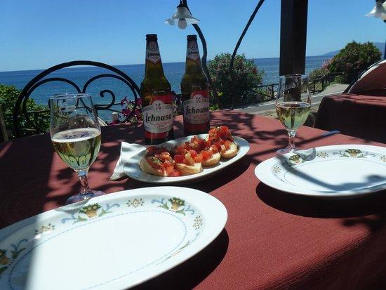 Costa Dorada: Welcome bruschetta at the restaurant