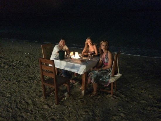 Zipp Bar Restaurant & Bungalows : Right on the beach!