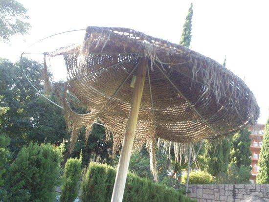 Parador de Córdoba: Otro parasol roto en la piscina