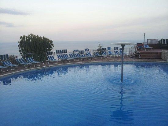 Residence Letojanni : La piscina