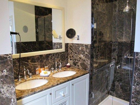 Hotel Prinsenhof Bruges: Superior Deluxe bathroom