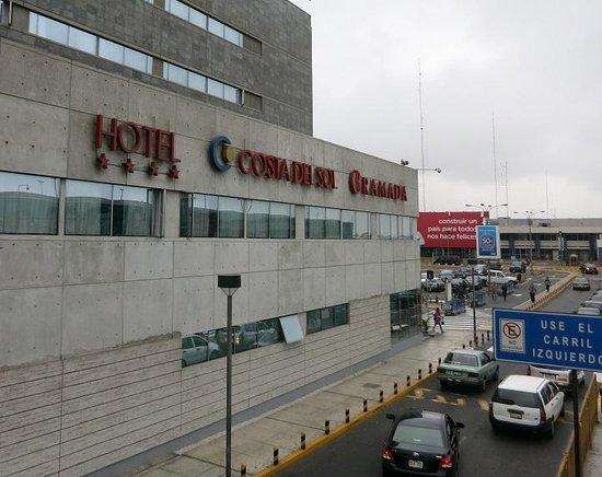 Costa del Sol Wyndham Lima Airport: 連絡通路から見たホテル