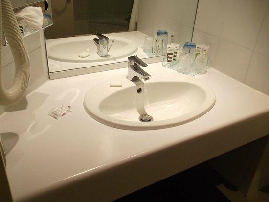 Mercure Deauville Centre : La salle de bain