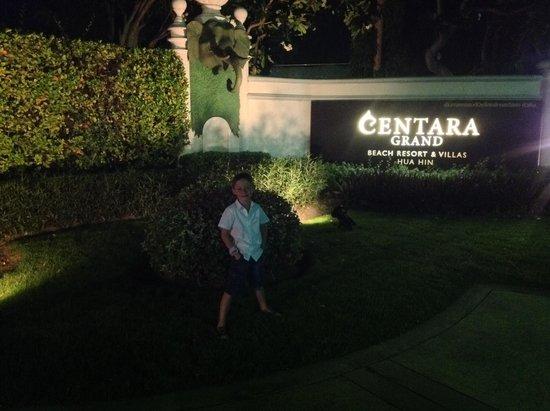 Centara Grand Beach Resort & Villas Hua Hin: notre fils devant l hotel