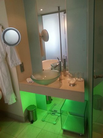 Le Meridien Vienna: Modern bathroom-green lights beneath