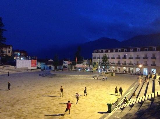 Elysian Sapa Hotel: 2 minute walk to middle of town square