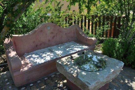 Alkyon Apartments & Villas Hotel: A couzy bench in the garden