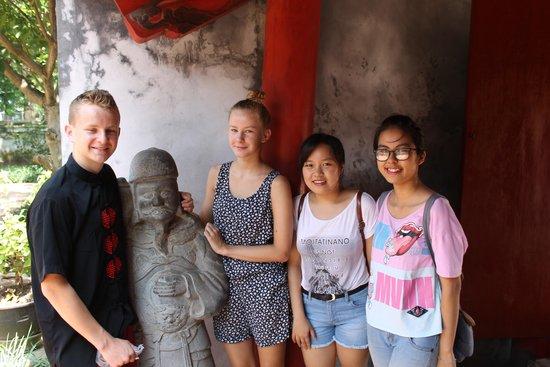 Temple de la Littérature de Hanoï : Our kids and guides...