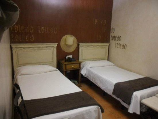 El Hostal Puerta Bisagra : habitacion