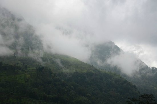 Ramboda Falls Hotel: Mountain range