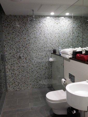 Ovolo 1888 Darling Harbour: Attic Suite Bathroom