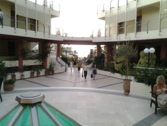 Hydramis Palace Beach Resort : центральный променад