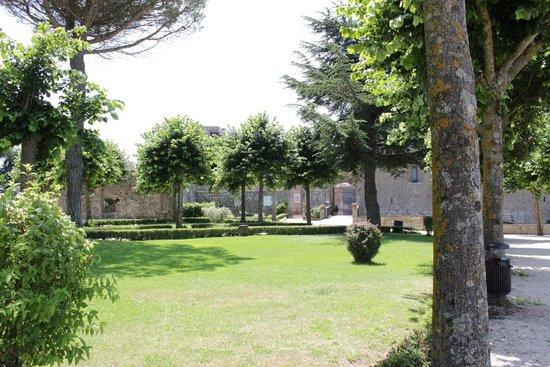 Rocca dei Papi : Giardino all'esterno della rocca