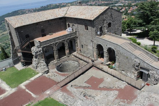 Rocca Dei Papi : Veduta dell'interno della rocca dalla torre del pellegrino