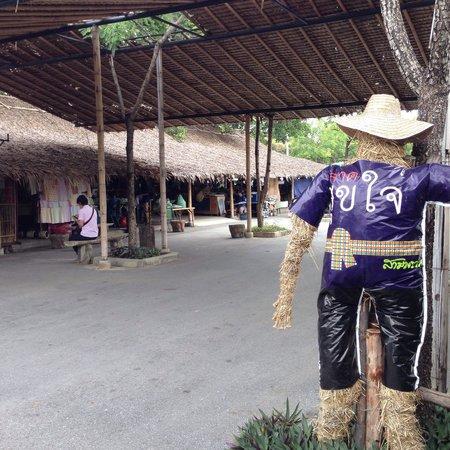 Sampran Riverside: ตลาดสุขใจ ของกินพื้นบ้านไทยมีเพียบ