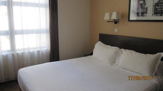Citadines Saint-Germain-des-Pres Paris: Modest bedroom