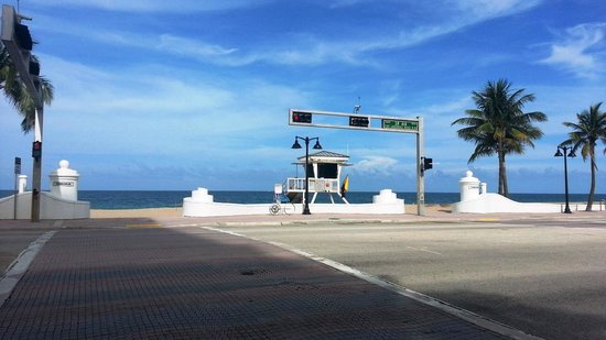 Fort Lauderdale Beach : Cross the street and you're in paradise