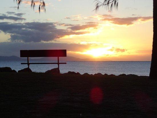 Mackay Blacks Beach Holiday Park: Sunset over Blacks Beach from the caravan park