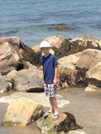 Narragansett Beach : walking the break wall
