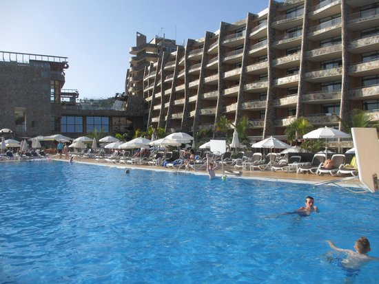 Gloria Palace Amadores Thalasso & Hotel : El hotel desde una de las piscinas