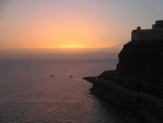 Gloria Palace Amadores Thalasso & Hotel : Atardecer con el Teide de fondo desde la terraza del comedor