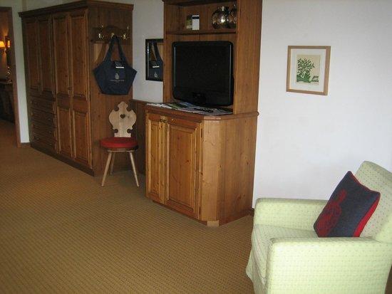 Interalpen-Hotel Tyrol : Salon + armoire