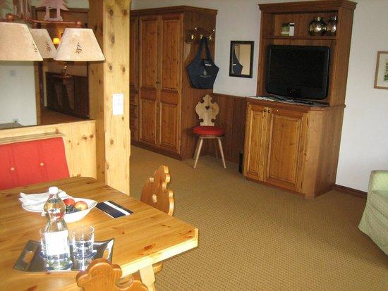 Interalpen-Hotel Tyrol : Table, télévision et salon