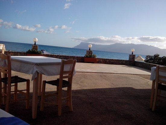 Galini Beach Hotel: Vista dal terrazzo esterno delle colazioni