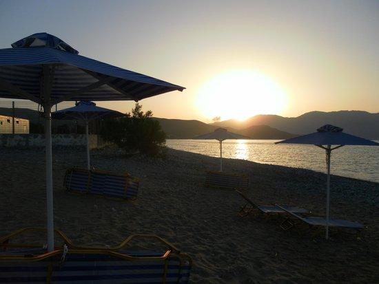Galini Beach Hotel: Vista della spiaggetta dell'Hotel, al tramonto