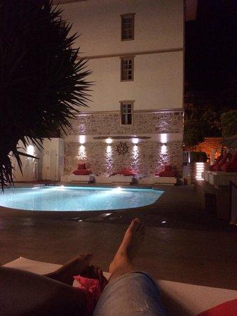 Puding Marina Residence: ночью у бассейна