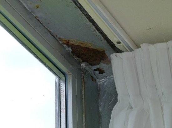 Posada de Babel: Rust at the indoor balcony