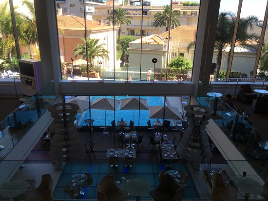Novotel Monte Carlo : Overlooking the bar and swimming pool from the reception floor