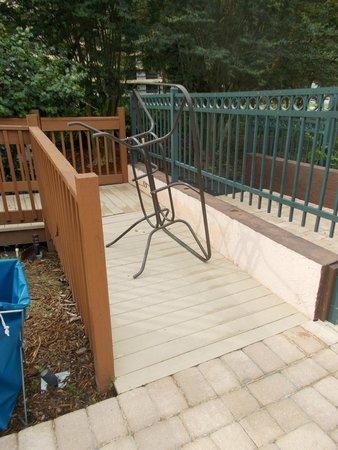 Allure Resort International Drive Orlando: Dumped broken furniture