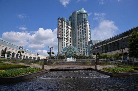 Fallsview Casino Resort: L'Hotel dall'esterno (lato ingresso, opposto alle cascate)