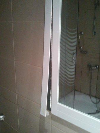 Marinem Ankara Hotel: çerçevesi düşmek üzere olan banyo aynası