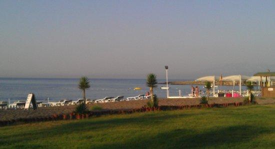 Tourist Hotel Antalya : Пляж утром.