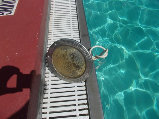 Allure Resort International Drive Orlando: Pool light just left on side of pool with electric cable