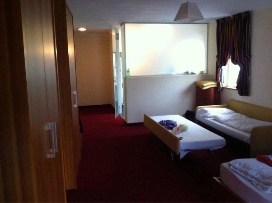 Hotel Touring: Vista interna della camera.