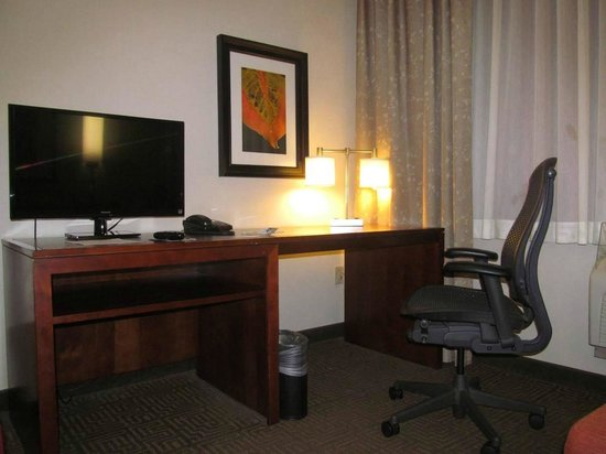 Embassy Suites by Hilton Portland: desk/tv in second room
