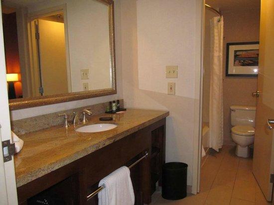 Embassy Suites by Hilton Portland: bath