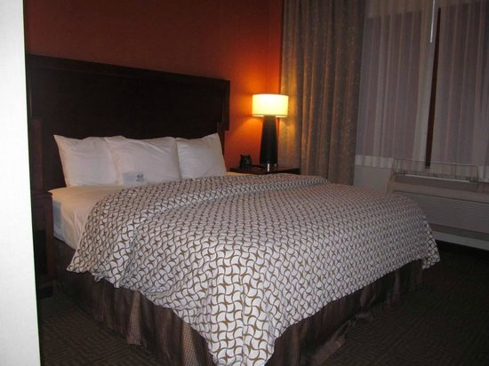 Embassy Suites by Hilton Portland Maine : bed