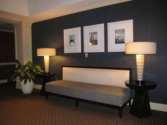 Embassy Suites by Hilton Portland Maine : sitting area by elevator