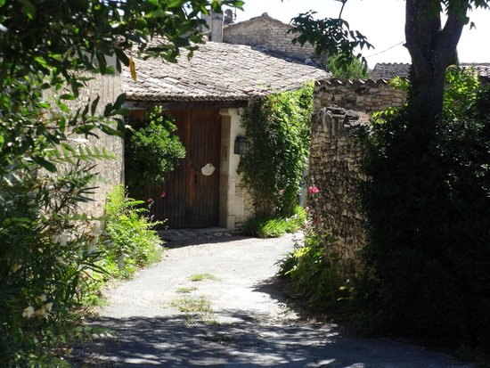 Le Mas des Roses : Entrance (the pool and two cottages are across from this front door behind the stone wall.