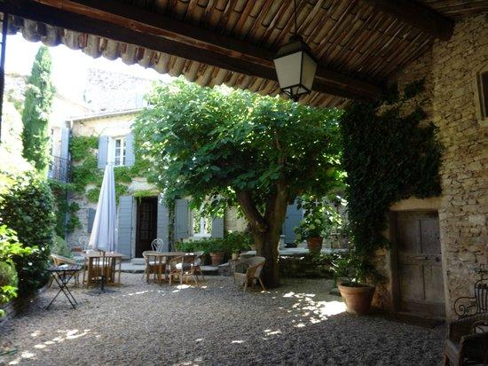 Le Mas des Roses : Entering from the front door of Le Mas de Roses