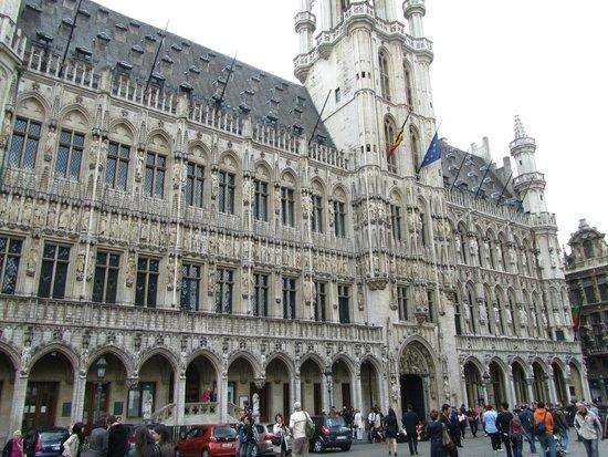 Town Hall (Hotel de Ville): zie de a-symmetrie