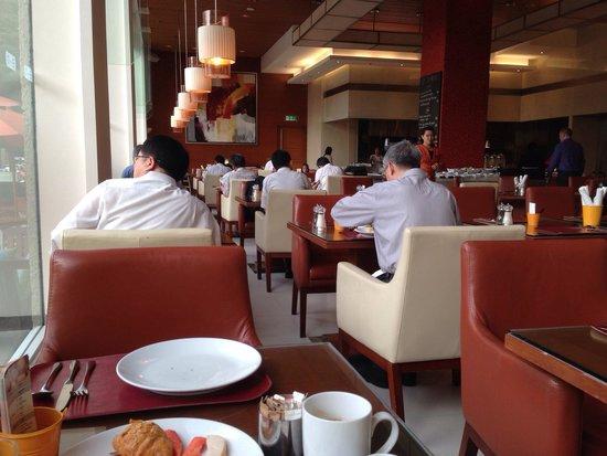 Sukhumvit Park, Bangkok - Marriott Executive Apartments: 朝食会場!朝早い時間帯は長期滞在のビジネスマンが多い!