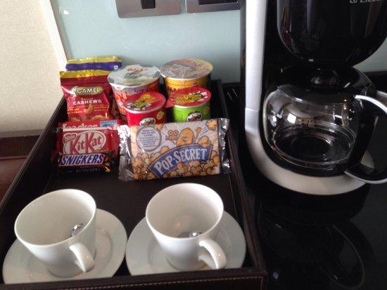 Sukhumvit Park, Bangkok - Marriott Executive Apartments: 部屋にある食べ物とコーヒーメーカー!