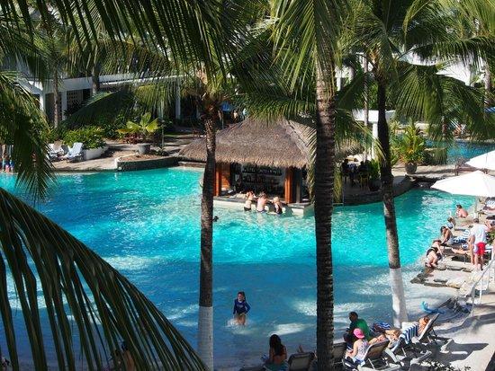 Peppers Beach Club & Spa: Swim-up Bar